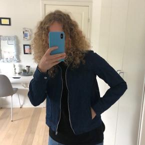 Super fin jakke. Kan ikke huske str og mærke da det klippet ud. Dog er jeg selv en s, og den passes fint, men ikke oversized.    Søgeord: weekday