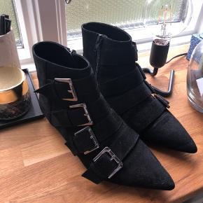 Skal hentes i Randers, kan leveres i Aarhus ellers betaler køber selv fragt. Skoen ser ud som på billederne, flere billeder kan sendes.  Køb nu for kun 185kr. Rigtig flot støvle, som næsten ikke er brugt!