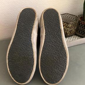 """Brand: Crime Varetype: Sneakers  Sko  Støvler Farve: Sort m. mere Oprindelig købspris: 1400 kr.  Lækre støvler købt i Italien . Aldrig brugt fordi de desværre er lige det mindste til mig . Jeg bruger normalt 39/40 og kan godt passe disse , men der er ikke plads til strømper . Vil sige det er en normal 39 ( måler 25 cm indvendig . Hvis du ikke kender Crime skal du vide at de er meget behagelige at gå med p.g.a den lidt forhøjede sål indvendigt .De ser """"snuskede"""" ud på sålen , det er en del af vintage looket .  Sender med DAO  Bytter ikke"""