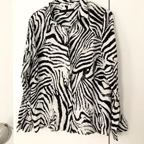 Fin skjorte med zebraprint og slids i begge sider 🦓