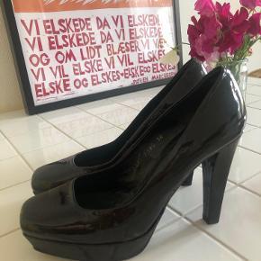Super flotte hæle fra Billi Bi - Mørke med hint af brun. Firkantet tå.  Virkelig flotte til efteråret. Str: 38 men passer en 37. Højde: 11 cm. 🍁 Kan afhentes i Århus