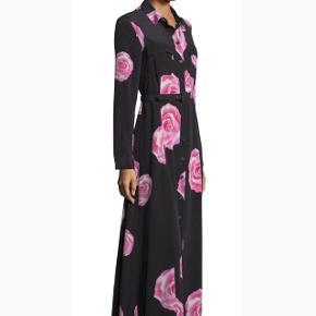 Ganni fayette silk maxi dress. Aldrig brugt. den er blevet lagt lidt op (10 cm)ved en skrædder, da den var alt for lang til mig. Jeg er 165 cm høj og den er gulv lang til mig)