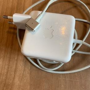 45W MagSafe Power Adapter MacBook (Pro) oplader. Har brugsspor i form af ridser på selve adapteren og let misfarvet ledning (se billeder). Et sted er der et lille hul i ledningen.  Byd gerne.   Køber betaler eventuel fragt.