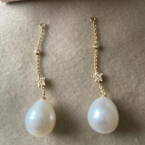 Smykke og ekslusive vedhæng til øreringe i 18K guld, med smukke tunge perler og med brillanter i stjerne og i det lille led øverst.   Mindstepris 6.000 kr  BYTTER IKKE