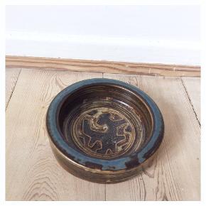 Lille skål / askebæger fra Royal Copenhagen designet af Jørgen Mogensen. Kan bruges til hvad man vil, smykke opbevaring, slik, servering, whatever :)