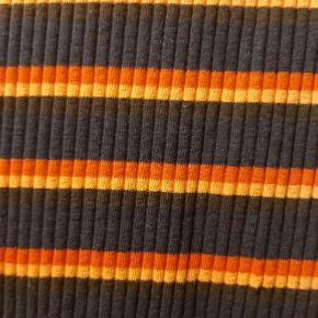 Nederdel i det blødeste, elastiske rib-stof i mørkeblåt med orange og røde striber fra Stig P. Har angivet str som small...men egentlig one size. Længde fra liv til underkant ca 66 cm.