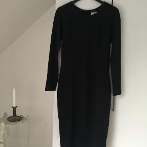 Lækker Bodycon dress fra Envii i farven Dark Navy.