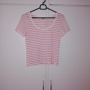 T-shirt fra MONKI. STR s 20 kr 😊