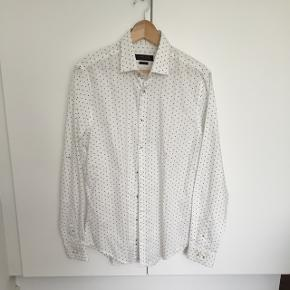 Ubrugt hvid skjorte ned diskret mønster i blå, slim fit