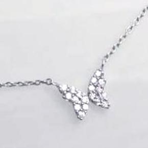 Sød ny halskæde med sommerfugl med små funklende zirkonia i ægte 925 sterling sølv. Længde kan sættes til 42 eller 45 cm. Oprindelig købspris: 375 kr. Fast pris.  Se også mine andre annoncer med smykker 🦋
