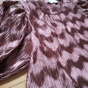 Super dejlig bluse fra neo noir I sådan en støvet rust/rosa/rød med metallisk shine. Jeg har aldrig fået den brugt  Har puf ærmer, knappeluk i nakken og er løstsiddende   Byd gerne
