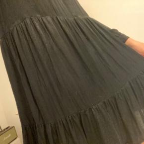Fin kjole fra zara. Brugt en del, men ikke brugt længe. Sælges billigt. 🕊  Køber betaler fragt - sender hver dag. 🕊