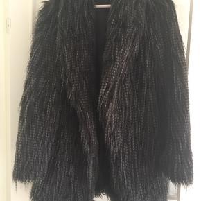 Fed Fake fur jakke. Jeg får den desværre ikke brugt. Byd!