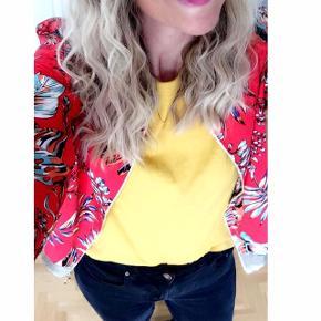 Karry gul T-shirt fra Vans. Str M. Fed farve med logo af Snoppy på.
