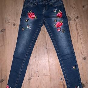 Flotte bukser med brodering - næsten ikke brugt Str. S  Køber betaler fragt