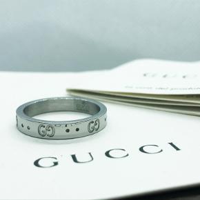 Vildt lækker Gucci icon ring,  Det er en Str US 9  (Svarer til 60 i danske størrelser.). Det er den mest brugte størrelser, og kan derfor passe næsten alle !  Ringen er fra ældre sæson, men det er et design Gucci har kørt i flere årtier, og er totalt tidsløst ! Da ringen er i hvidguld kan du bruge ringen i en hel livstid og den vil aldrig give dig grønne fingre, eller ruste. (Da det er et ædelmetal)  Ringen kan ses i Aarhus, ellers kan jeg sende med tracking. Har handlet meget så ingen problemer der 🙂 ! Skriv gerne eventuelle spørgsmål til mig