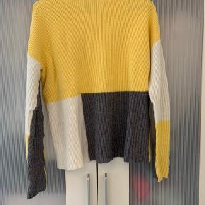 Lækker og blød, trefarvet sweater - grå, gul og hvid