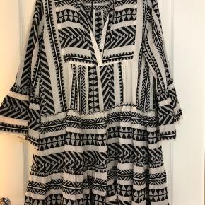 Super fin kjole fra Devotion Twins - aldrig brugt. Sort/råhvid Bytter ikke