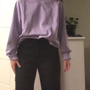 Lyse lilla sweetshirt fra Carhartt i str. Large, den er som ny, ingen pletter, slid eller huller. Ikke bytte.  Sendes til en Post Box nær dig med DAO.