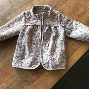 Rigtig flot softshell jakke. I meget pæn stand og brugt som pæn jakke og ikke lege jakke. Fra røg og dyrefrit hjem. Byd