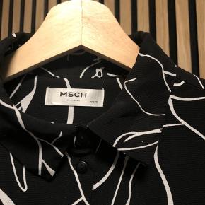 Skjorte fra Moss Copenhagen (MSCH)  Sort med hvidt mønster   Str xs/s (lidt oversize - svarer til s)   Handler via Trendsaleshandel og sender med DAO