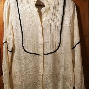 Rigtig fin og blød skjorte fra Margit Brandt. Der står størrelse XS på skjorten, men den er som en størrelse small. Den har dyreprint-mønster i det hvide stof. Fejler intet