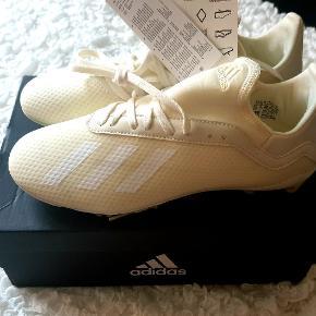 Helt nye og ubrugte fodboldstøvler i størrelse 38.