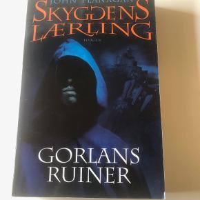 """Gorlans Ruiner er bind 1 i serien """"Skyggens Lærling.  Skyggens lærling er en spændende og medrivende fantasyserie i 12 bind for børn og unge i alderen 12-14 år.  Prisidé dkk 30,00 - kom gerne med et seriøst bud :-) Købspris dkk 129,95"""