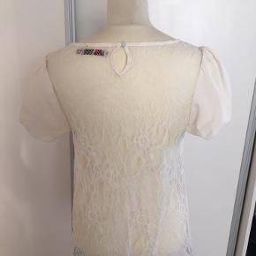 Saint Tropez bluse med gennemsigtig mønster på bagsiden. 36, Beige. Næsten som ny.Ærmegab  tilærmegab 49 cm. Længde 62 cm  Sælges 40 kr Bytter ikke Sætter pris på tilfredse købere