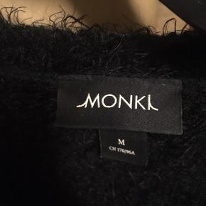 Klar til de kolde dage ❄️❄️Fluffy strik trøje fra Monki med et stor M på maven😎 passer S og M str. rund hals og rib i ærmer og talje