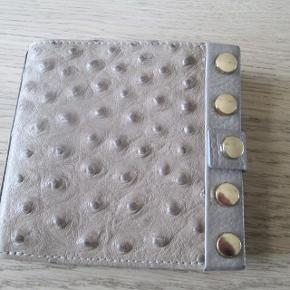 Adax pung med guldhardware og strudseprægning i skind. Farve: Elephant.  Brugt 2 gange, derfor flot stand.