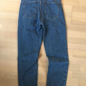 Emily jeans fra only med frynset kant forneden. Minder lige om boyfriend jeans.  De sidder super godt, og har god plads i sig. Kun brugt få gange.  Str 30/32.   //fri fragt uge 42//