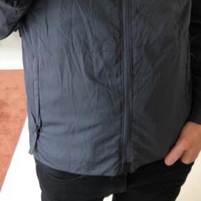 En ultra let og blød nylon jakke med en tovejs lynlås. Kan anvendes i stedet for en blazer.  OBS! Ønskes handlen gennemført via TS afholder køber gebyret.