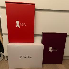 Sælger mine kasser.1. Rød kasse fra Shawn London, bluse str. æske  2. Lilla kasse fra Shawn London, bluse str. æske  3. Hvid kasse fra Calvin Klein, skotøjsæske