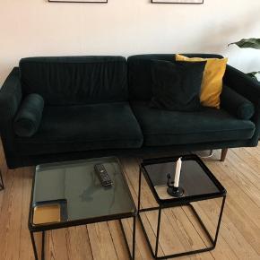 Grøn velour sofa købt for 2 år siden fra sofacompany  Ny pris: 7000,-   Skriv for mere info eller flere billeder   https://dk.sofacompany.com/harper-3-seater-sofa-velour-lux-dark-green-walnut-stained-b-19-cm-136703136026