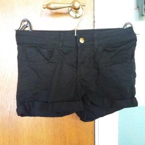 Klassiske shorts i sort denim med lidt stræk.
