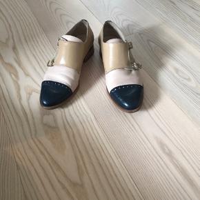 Flotte sko fra spanske Pertini. Farvekombinationen er specielt valgt af den skohandler de er købt fra.  Ny pris var omkring 2000kr.   Fremstår i rigtig god stand, men man kan selvfølgelig se de er brugt lidt.