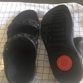 Skinne Fitflop sandaler købt som 37 men er 37 1/2 lidt bred model, desværre lidt for store Prisen er inkl.