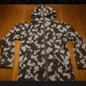 Molo softshell, lang jakke i blød kvalitet med snakeprint. Slidser i siderne, elastik i ryggen.   Ny og ubrugt.