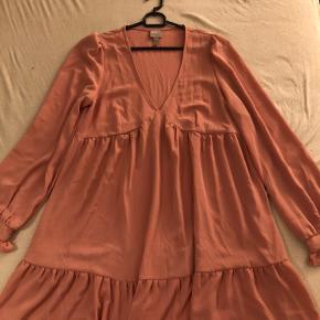 Kjolen fejler ingenting. Det er en supper sød og let kjole til sommeren.