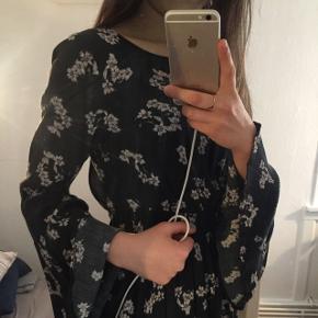 Meget fin kjole med åben ryg🌸  Brugt kun 2 gange   📍Afhentning i Århus C / Kan sendes (på købers regning)