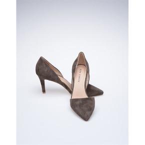 Fine sko fra Sofie Schnoor . Kun brugt en enkelt gang og i flot stand uden skrammer, pletter, hakker eller lign. (Kun overfladisk brugsspor under foden). Farven hedder leather mud. Mål: Hælen måler 6,5 cm indvendig og ca 9 cm udvendigt. Skoens indvendig længde er ca. 26,5 cm fra spids til hæl. Æsken medfølger ikke.
