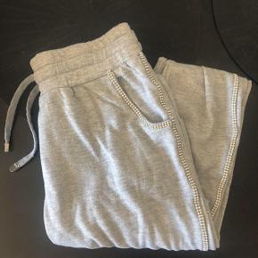 """Joggingbukser fra buch sælges billigt da der på langs af det ene ben & på en baglomme mangler det der """"glimmer sten"""" der er. Np 500kr. Mp 100kr pp"""