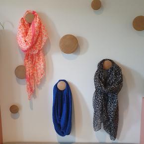Tre fine halstørklæder til 15 kr/stk eller alle tre for 30kr! Det blå er et tube halstørklæder 😊