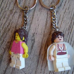 Varetype: 2 nøgleringe fra LegoStørrelse: Alm. Farve: Se foto  2 nøgleringe fra Lego.  Byd!