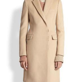 Varetype: Frakke classic camel Farve: Beige  Sælger denne flotte frakke fra Part Two. Den er som ny bortset fra det lille mærke foran (se billede)  Den sælges for 750 + porto :-)