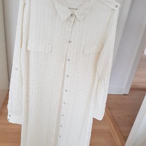 Ingen pletter, I god stand  Kan være brugt som #kjole Det er en størrelse 44 Kan være brugt af xs-L