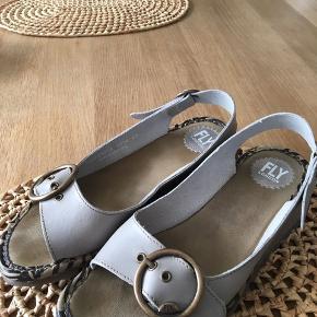 Har lige købt disse fede sandaler og haft dem på 2 gange.. Må desværre konstatere at de ikke sidder godt på min fod. De er gode til en bred fod.. det er en str 42, men kan sagtens bruges af en str 41 ( svinger selv i størrelse )
