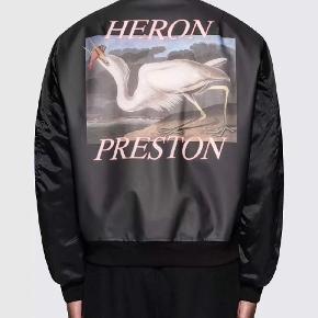 Sælger denne virkelig lækre bomberjakke fra Heron Preston. Den er virkelig tyk og perfekt til den kommende vinter. Tags, bøjle og kvit medfølger (secondhand)  Np: 5800 Mp: 1200 Bin: 1600 Hh 1400