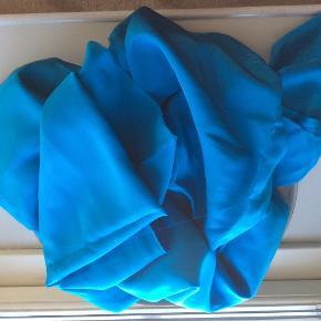 . Kan du sy? Har liggende noget stof, som jeg ikke kan bruge til noget, de er begge ren silke,der er to poser med det nyde farvede Den blå farve er lidt mere over i det turkise. Jeg kan ikke sy,  men jeg tror der er nok til enkjole i begge farver. Måler gerne og kan sende farveprøve. Byd på silkestoffet!  I